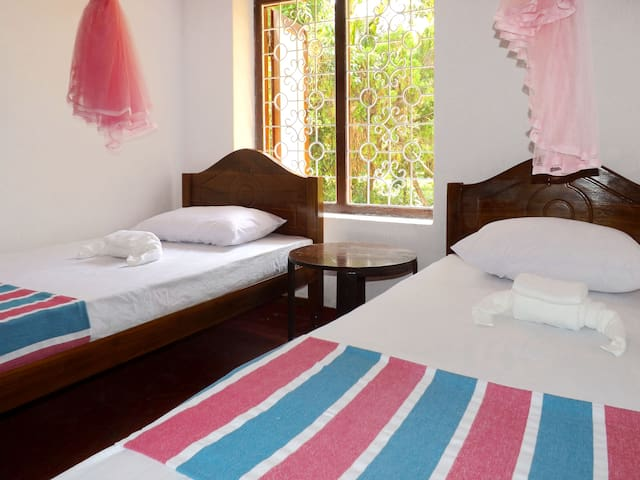 Twin room with garden view @ villa Sisira - Hikkaduwa