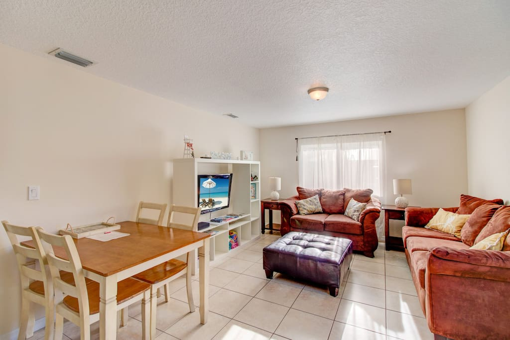 Large living room with HDTV & Free WiFi internet