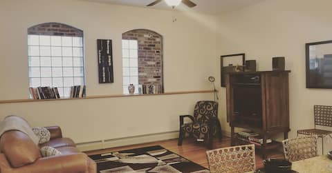 ♥Downtown Flat♥ 2bd (3rd floor-has stairs)