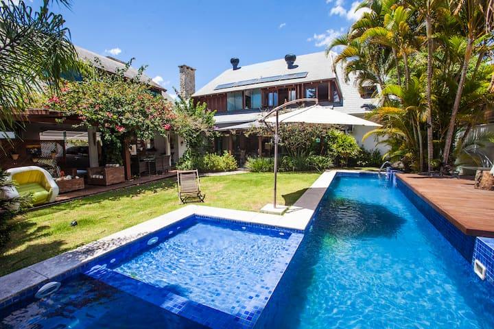 Tropical 4BR + Pool + walk to Beach Jurere