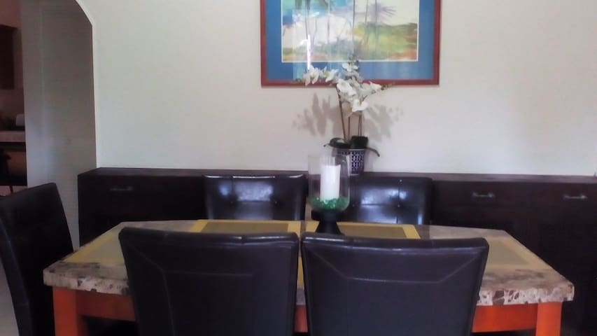Formal Dining Room with 6-seater Dining Table/chair