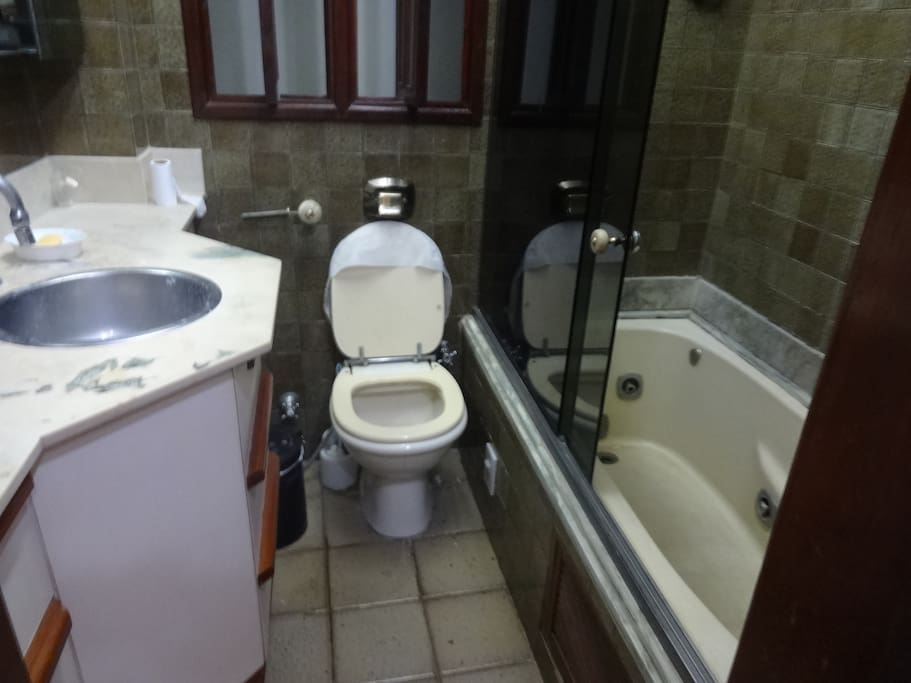 1.º Banheiro com banheira