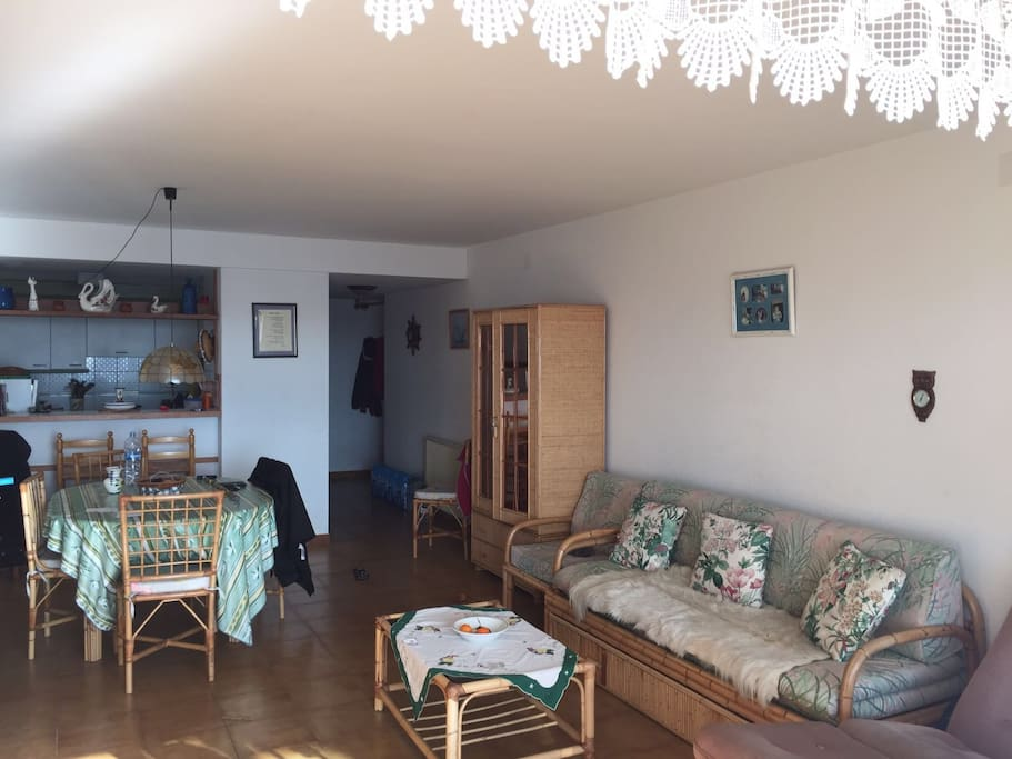 Salon et salle à manger avec canapé lit