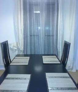 Chambre avec lit double dans une villa spacieuse - Vitrolles - Dům