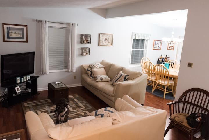 Beach Retreat: sleeps 8+ ; walk to beach - East Lyme - House