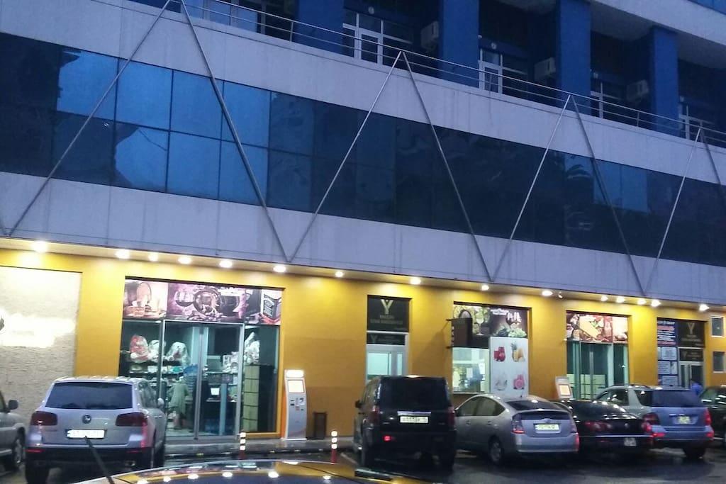 vnizu apartmana imeyitsa Balsham super market.