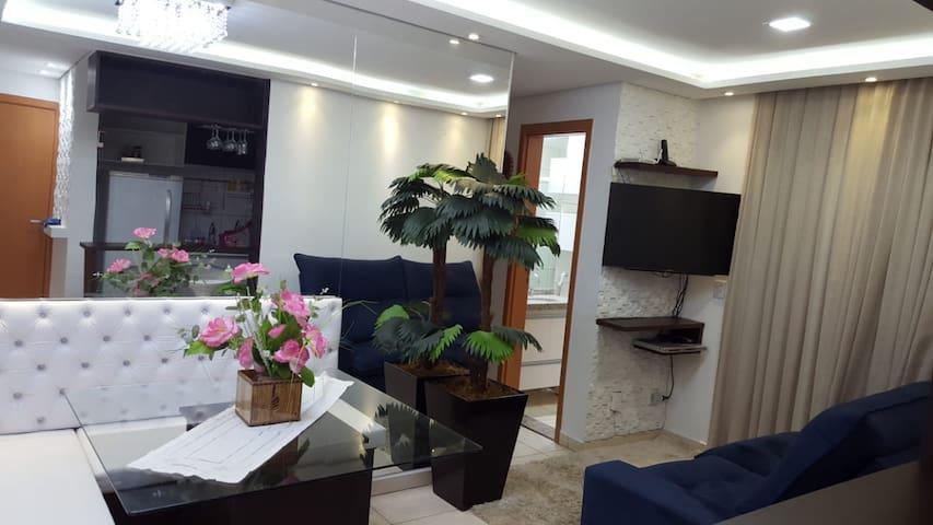 Apto c/ suite e sacada, decorado e mobiliado