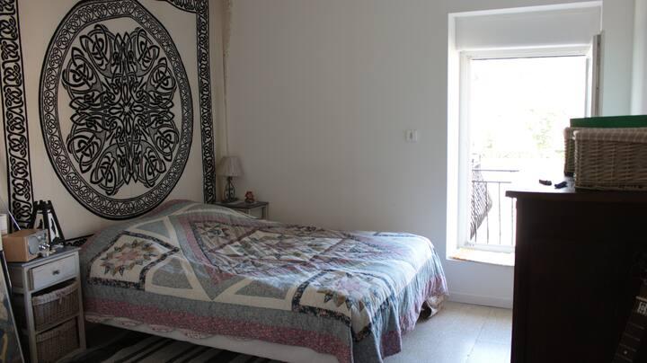 Chambre avec terrasse  au bord de riviére