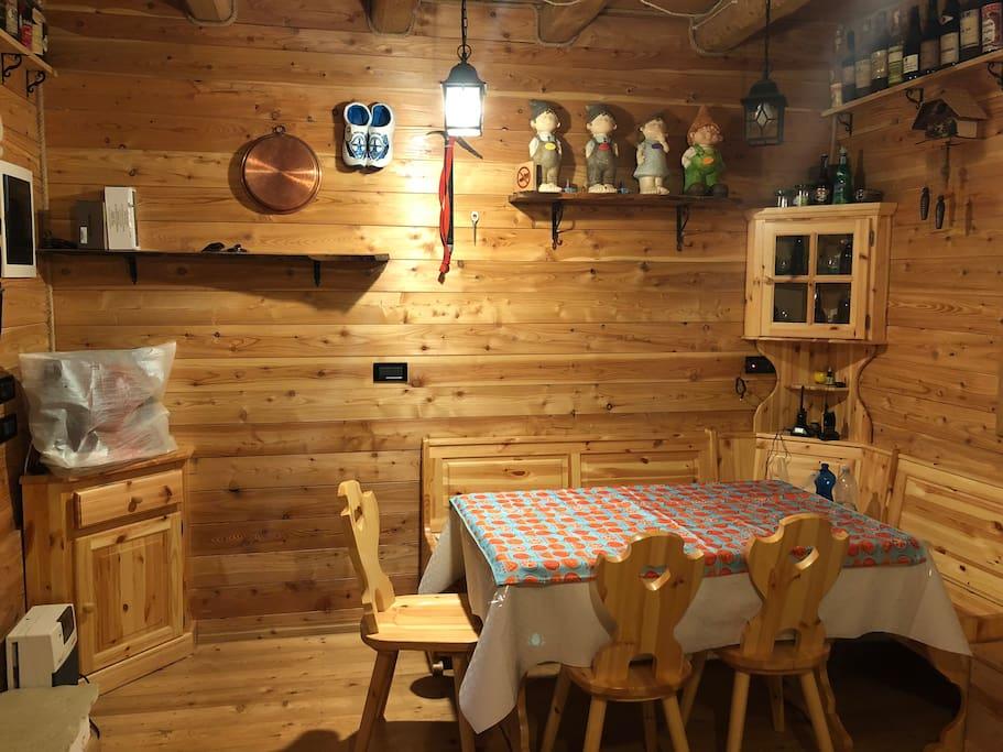 Sala da pranzo con tv e giropanca