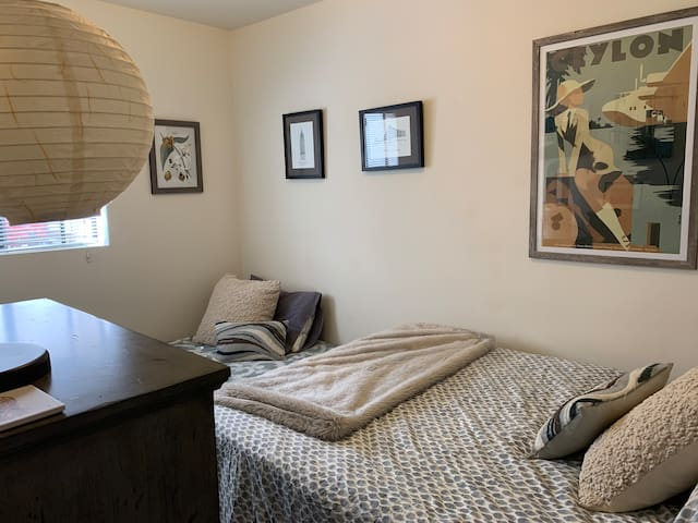 Bedroom with full bed and twin daybed