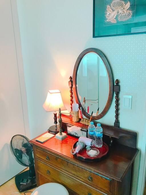 숙소에 화장대가 있습니다. 삼단 밝기조절이 가능한 스탠드도 있습니다. There is a vanity for your use. There is also a stand with adjustable brightness (3level)