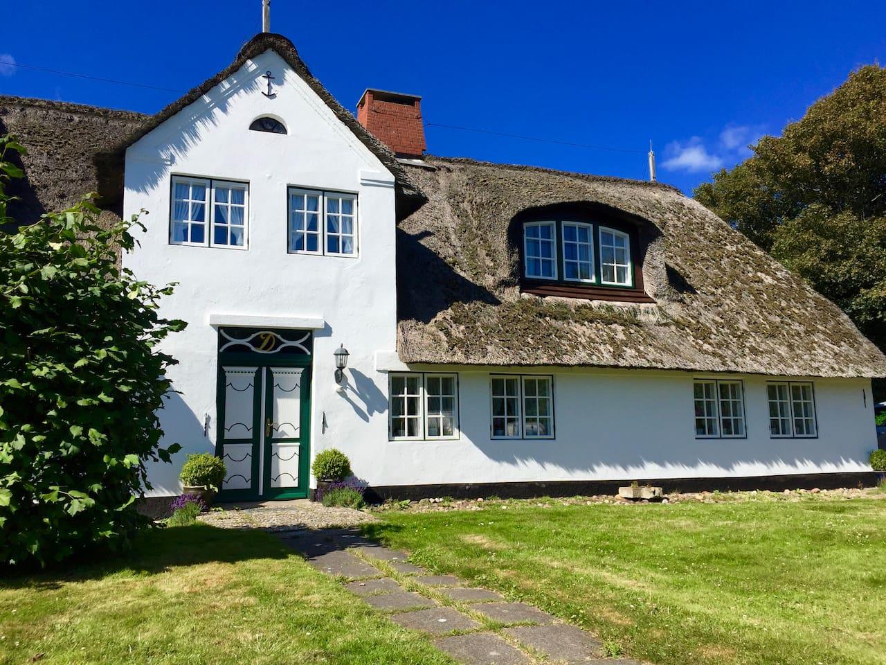 historisches Friesenhaus Raanshof; mitten im alten Dorfkern und 200 m zum Wattenmeer