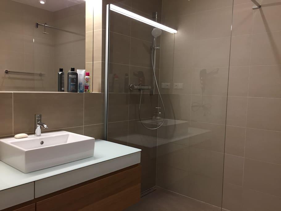Sprchový kout a umyvadlo