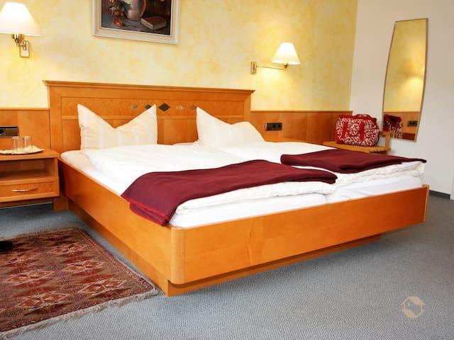 Hotel Kühler Brunnen mit Gästehaus, (Bad Herrenalb), Haupthaus DZ mit Dusche und WC