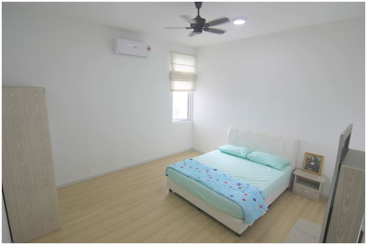 [Second bedroom] Queen-size bed, wardrobe, dressing table, aircond & ceiling fan.