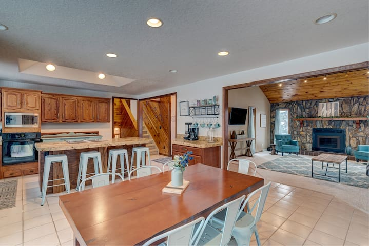 Large Charming Home for Groups with Arcade Games!
