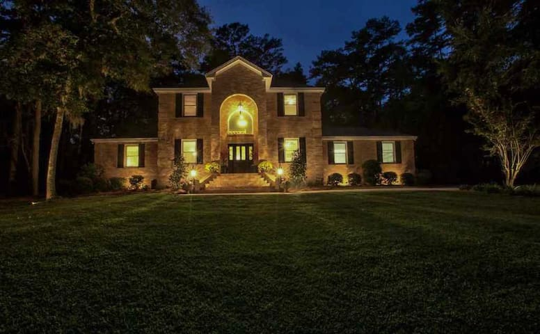Large Stunning Home With Pool & Recreation Area