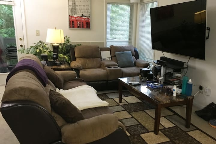 Cozy Tech Savvy Bachelor Pad built for comfort! - Duluth - Appartement