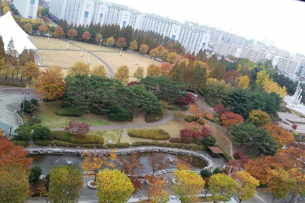 창가에서 바라 본 가을날의 아름다운 경치