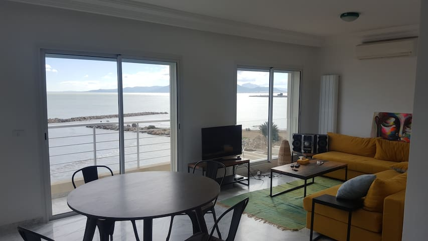 Seafront 2BR modern flat, Tunis