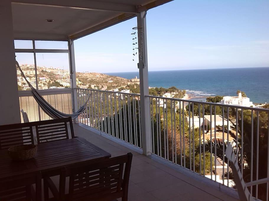 Amplia terraza con hamaca relax.