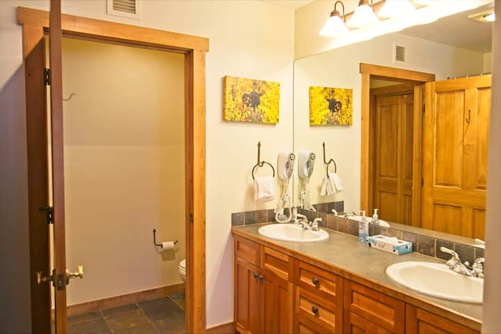 Red Hawk Lodge #2211 Recently remodeled 2 bedroom in the heart of River Run Village