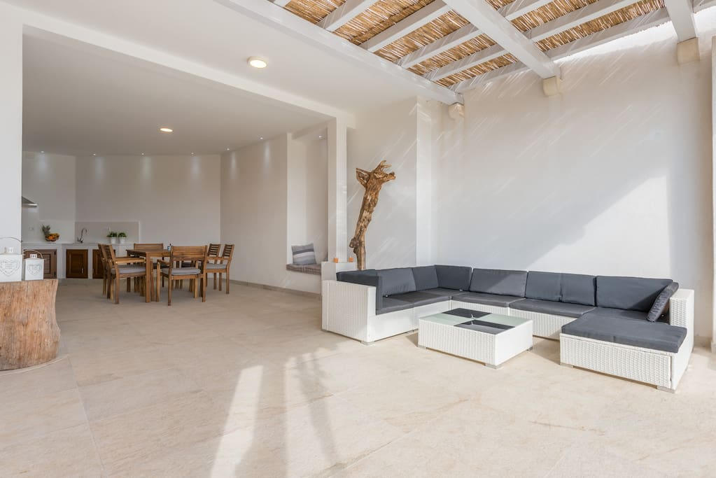 Extremly spacious terrace with outdoor kitchen and a lounge
