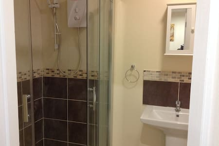 Large private room in shared house - Bradford