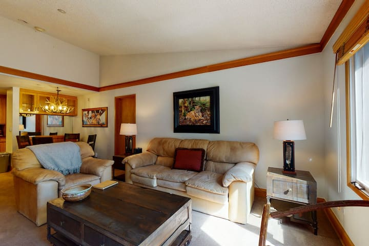 Amazing 4th-floor home featuring shared hot tub/pool - walking distance to lifts