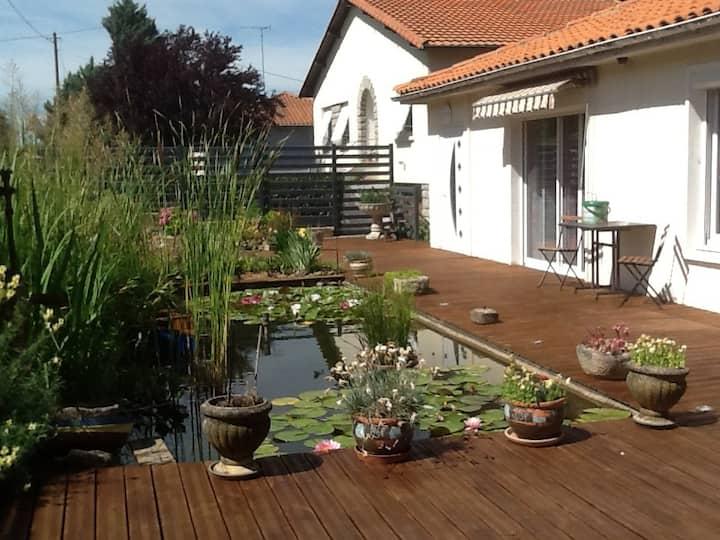Logement en rez de jardin avec terrasse et veranda
