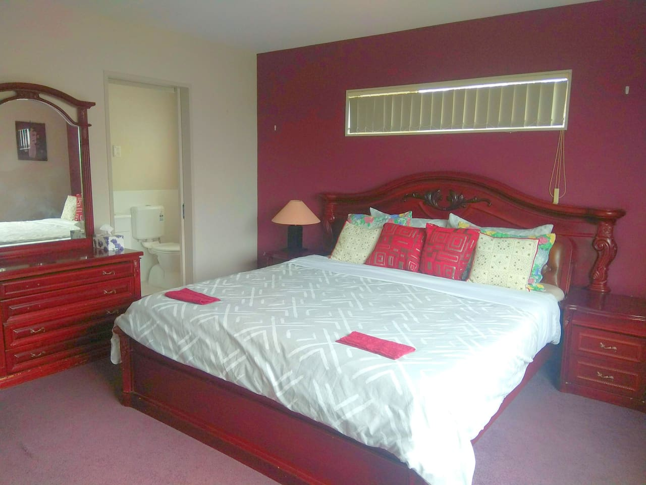 Luxurious Comfortable Super King Sized bed with attached bathroom(en-suite bath & toilet)