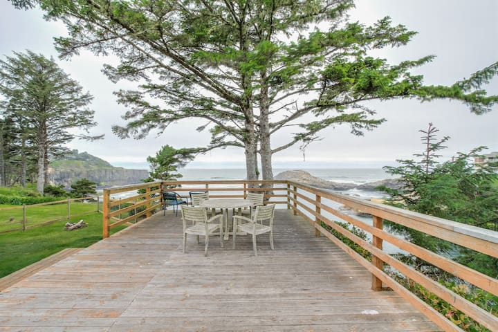 Oceanfront, ocean view cabin - whale-watch from the huge deck, dogs OK!