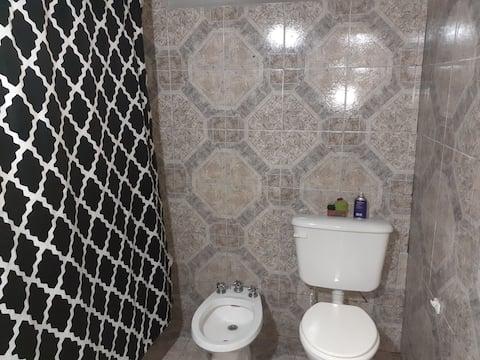 Habitacion con baño privado ambiente familiar  .