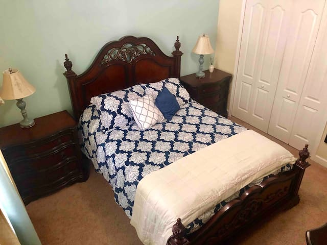 Clean, affordable private room & bath near Disney