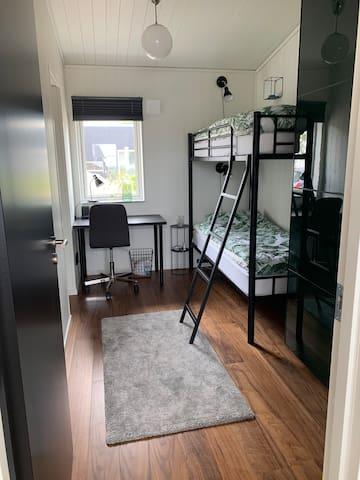 """""""Gröna rummet"""" med våningssäng, skrivbord och stor garderob"""