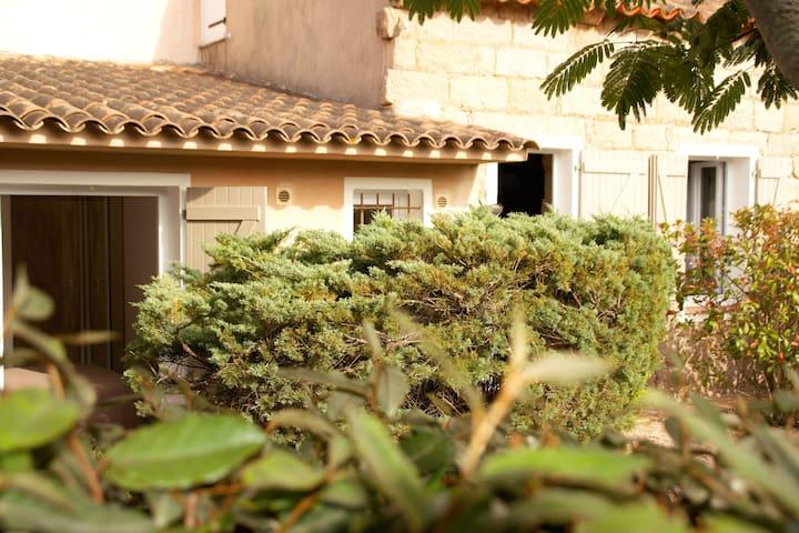 maison en pierre tout confort à 2km de la magnifique plage de Santa Giulia
