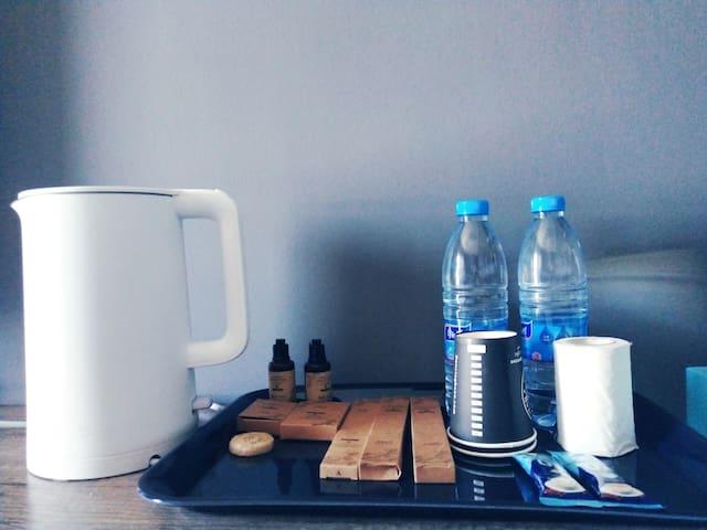 小米电水壶及洗漱用品