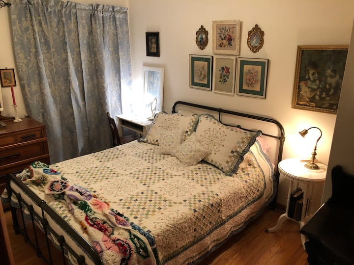 "Secret City 1943 WWII ""Time Capsule"" 2BR Sleeps 6"