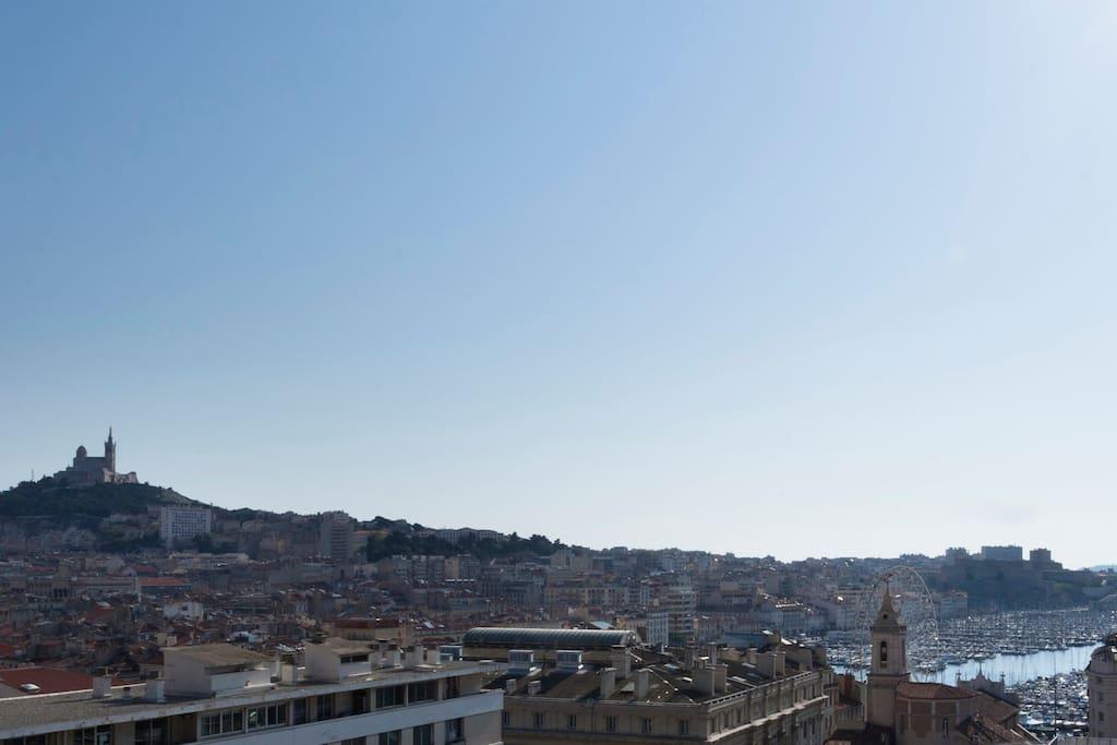 Sept baies vitrées ouvrent sur Marseille, le Vieux Port, la mer...