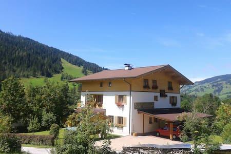 Zimmer mit sonnigem Balkon und Blick auf die Berge - Hofmark - Szoba reggelivel