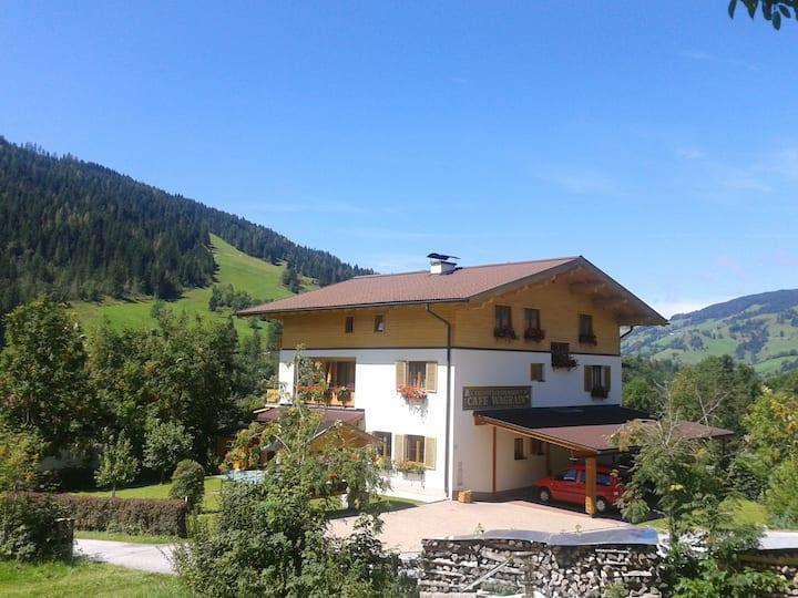 Zimmer mit sonnigem Balkon und Blick auf die Berge