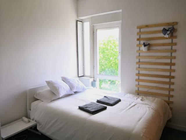 White Cosy Room in Lisbon, 1m from Metro: Olivais