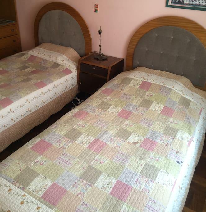 Las camas no son angostas son de 1 y 1/2 plaza y suficientemente largas