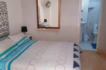 Primera habitación con su baño ubicada en la planta baja del apartamento.