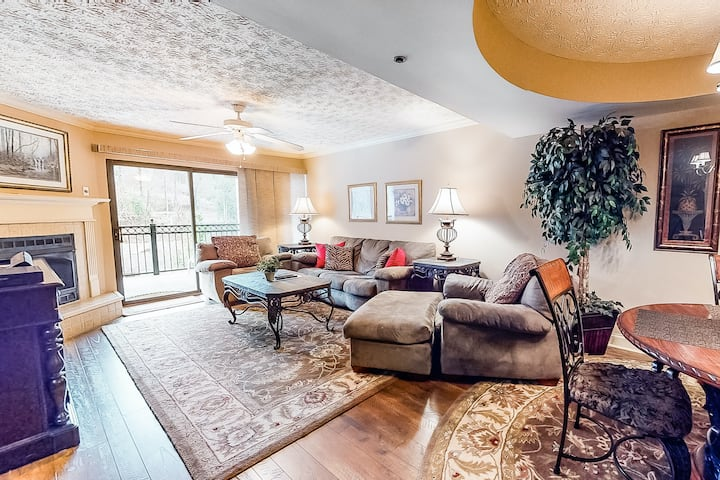 Inviting & Bright Retreat W/ Private Balcony, Shared Pool, Open Layout & WiFi