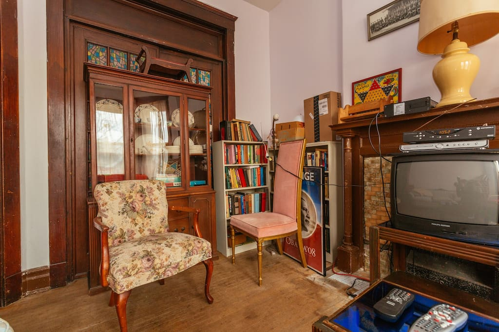 Sitting room with games in the china cabinet, cable TV and WIFI.