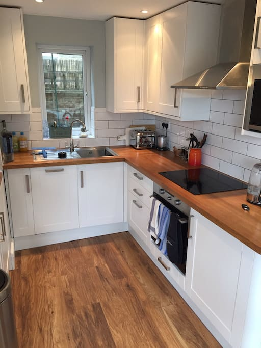 Fully fitted kitchen with all the usual gear, including dishwasher.