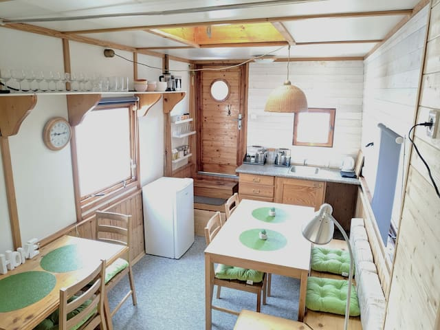 Warm houseboat for 4-8 downtown Prague, park free