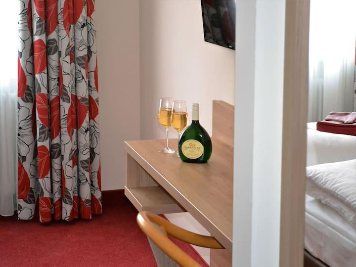 Hotel-Gasthof Rotes Ross, (Markt Einersheim), Doppelzimmer 1 mit Dusche und WC