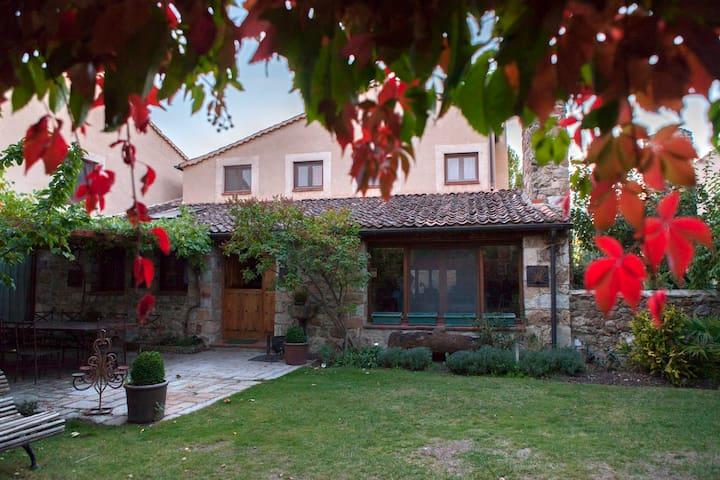 La Casa Vieja. 6-9 pax. Wifi, Barbacoa y Jardin. - Sotosalbos - Haus